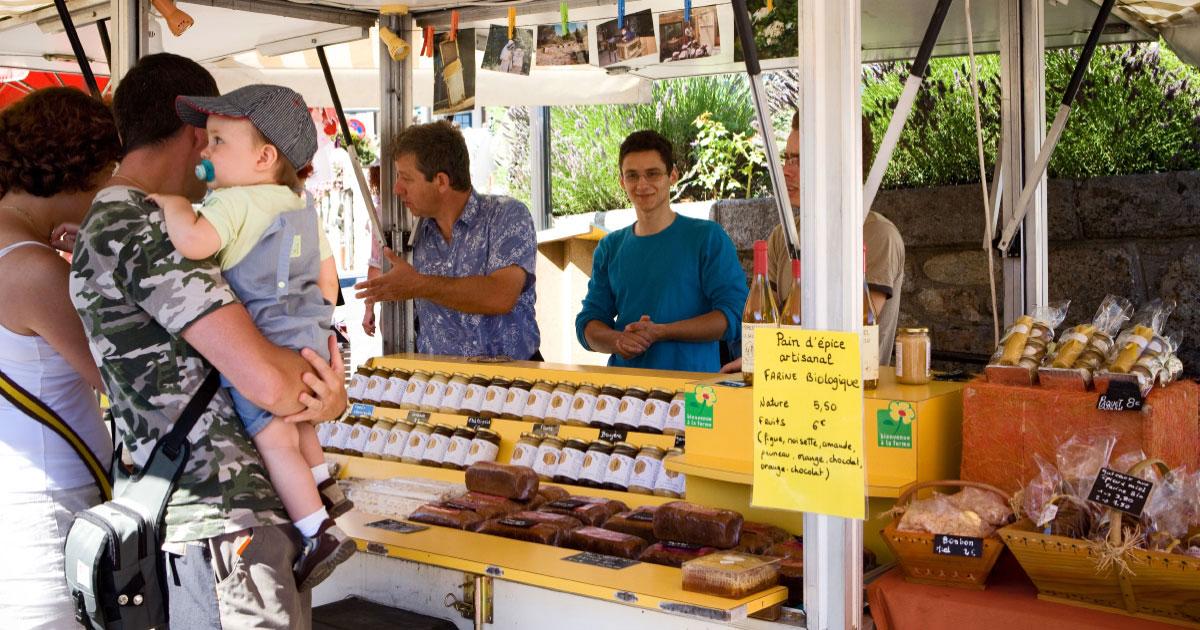 Artisans et producteurs du Haut Languedoc. Alain Mérit berger des abeilles sur le marché de La Salvetat-sur-Agoût